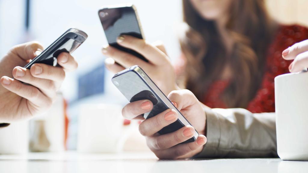 Scopri come evitare che il cellulare ti rovini il collo (e la vita)