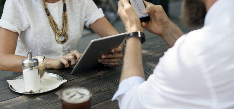 Ecco come evitare che lo smartphone ti rovini il collo (e la vita)